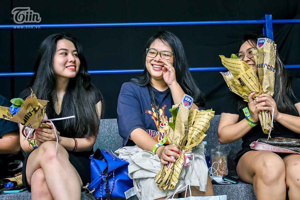 BTC giải bóng rổ chuyên nghiệp Việt Nam tặng hoa cho tất cả khách mời nữ vào sân 3