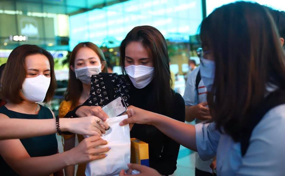 Thủy Tiên đáp chuyến bay về TP.HCM sau 6 ngày cứu trợ miền Trung 8