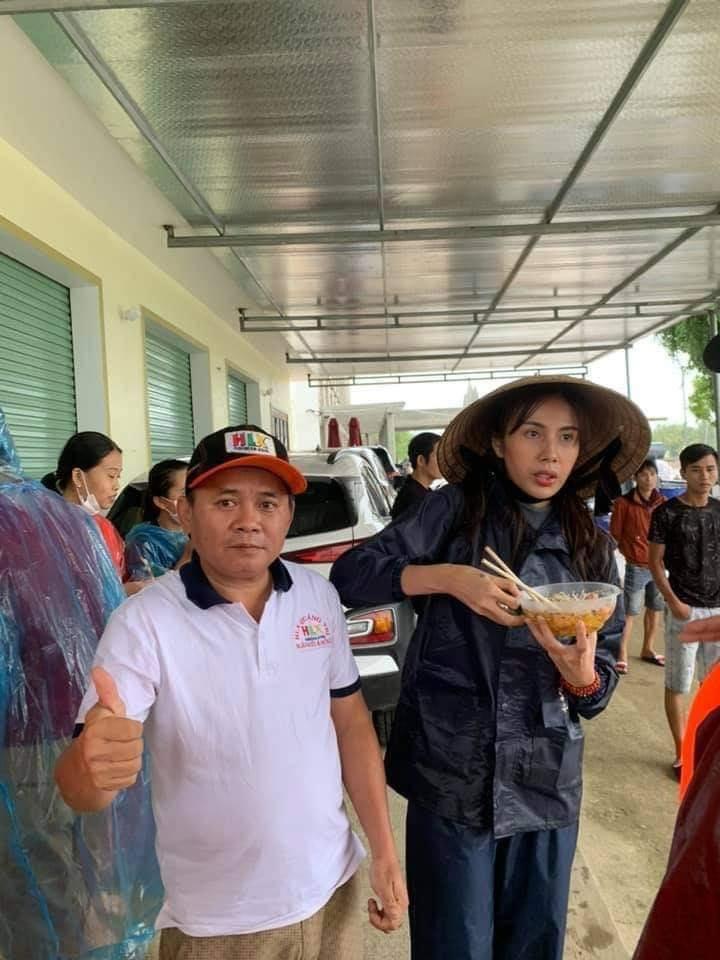 Hình ảnh Thủy Tiên ăn vội bát mì tôm khiến dân mạng xúc động.