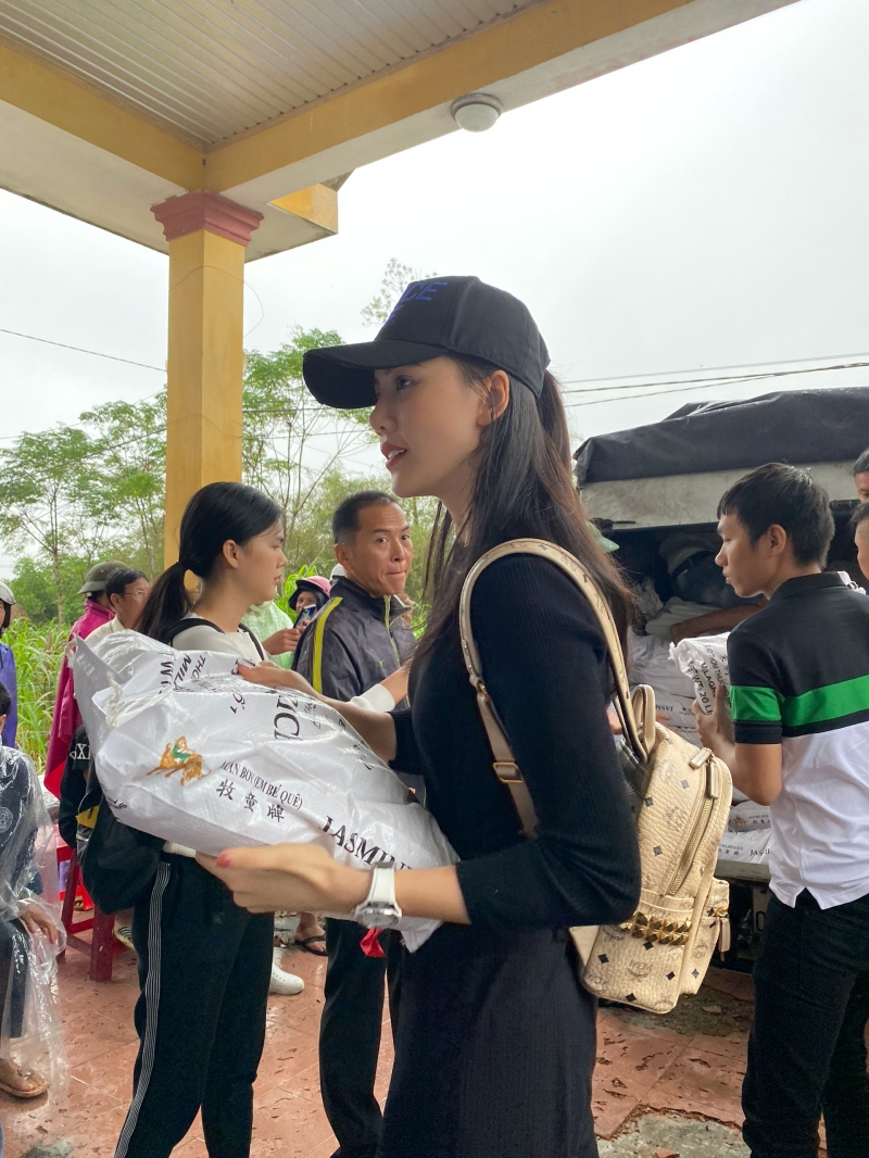 Siêu mẫu Quỳnh Hoa áp lực khi 'ôm' 300 triệu đồng đi cứu trợ miền Trung 0