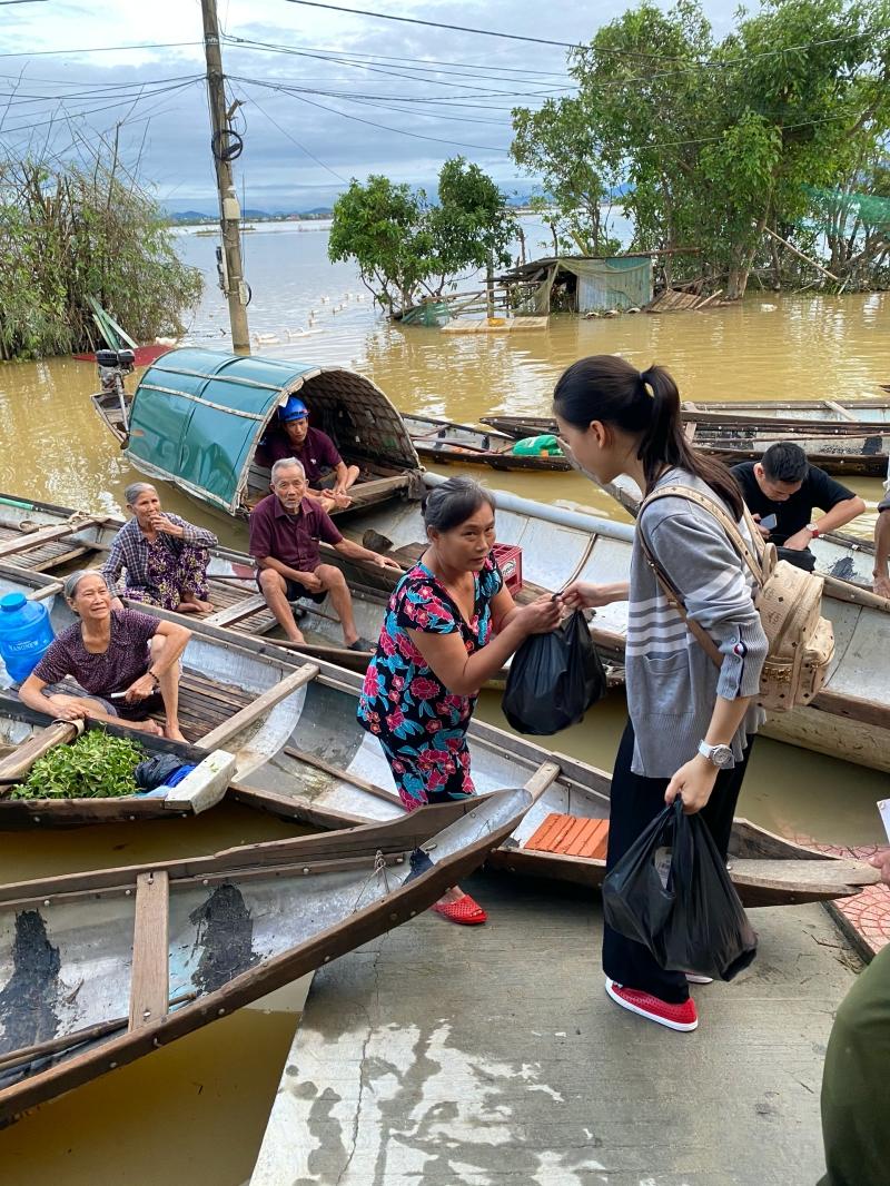 Siêu mẫu Quỳnh Hoa áp lực khi 'ôm' 300 triệu đồng đi cứu trợ miền Trung 1