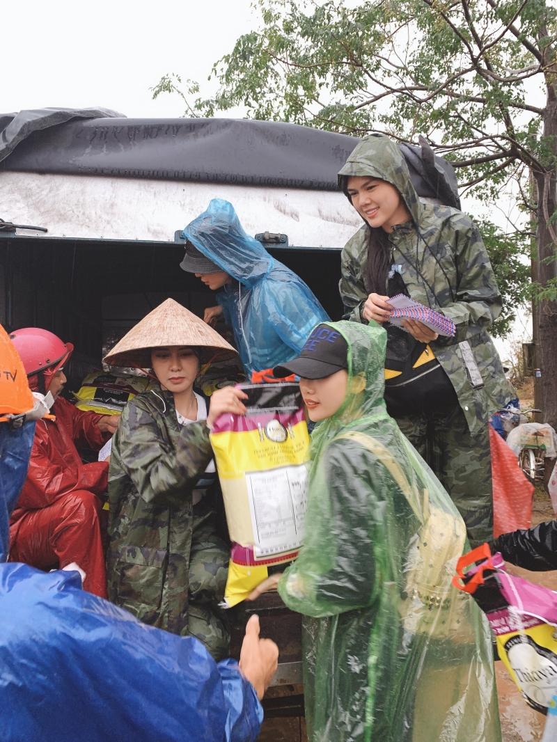 Siêu mẫu Quỳnh Hoa áp lực khi 'ôm' 300 triệu đồng đi cứu trợ miền Trung 2