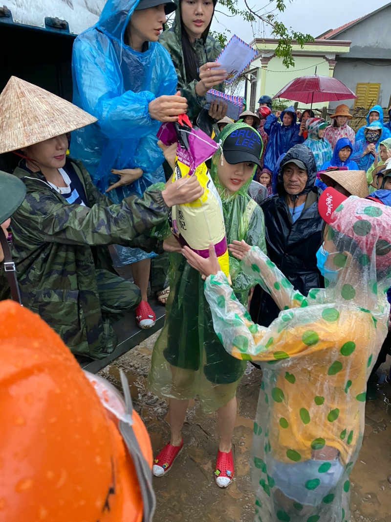 Siêu mẫu Quỳnh Hoa áp lực khi 'ôm' 300 triệu đồng đi cứu trợ miền Trung 3