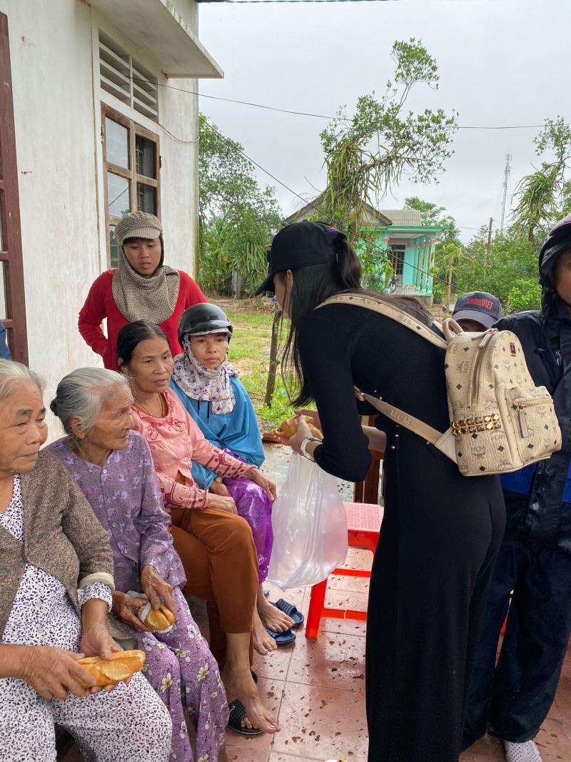 Sau khi tặng nhu yếu phẩm, tiền mặt cho bà con ở Huế, Quỳnh Hoa và nhómbạn sẽ di chuyển ra Quảng Trị, tiếp tục việc cứu trợ.