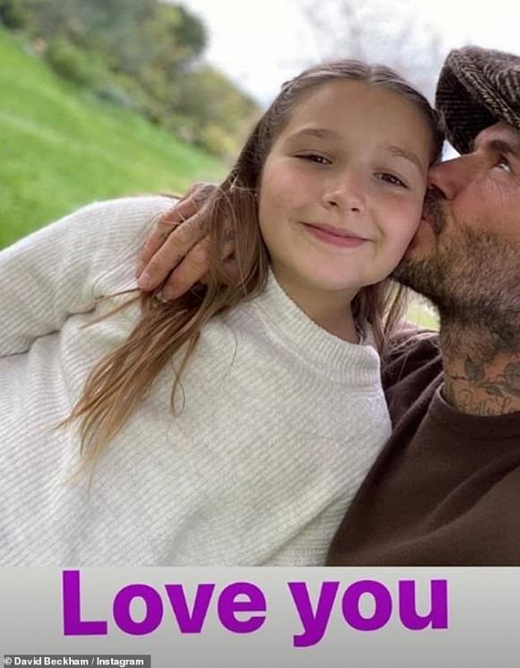 Dù đã bị chỉ trích nhiều lần, Victoria vẫn hào hứng khoe ảnh Beckham hôn môi con gái 1