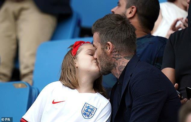 Dù đã bị chỉ trích nhiều lần, Victoria vẫn hào hứng khoe ảnh Beckham hôn môi con gái 8