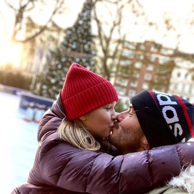 Dù đã bị chỉ trích nhiều lần, Victoria vẫn hào hứng khoe ảnh Beckham hôn môi con gái 7
