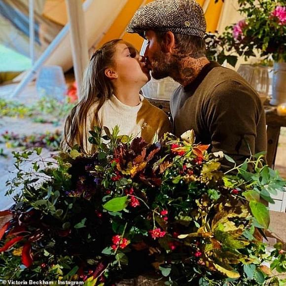 Hành động hôn môi con gái của Beckham được nhiều người cho là thái quá.