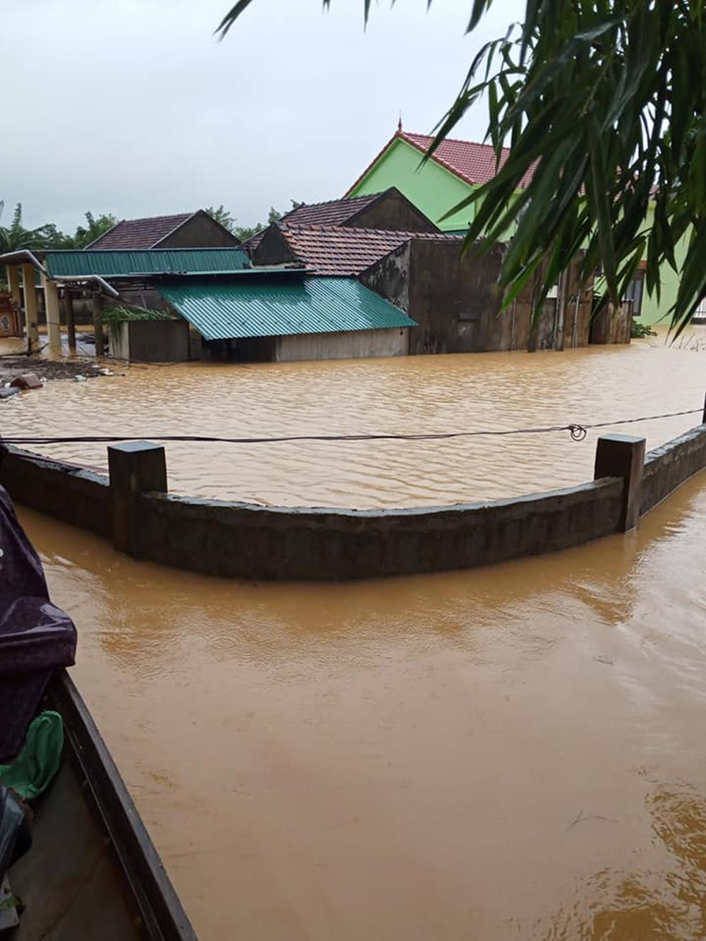 Các nhà dân ở xã Xuân Ninh bị ngập rất sâu
