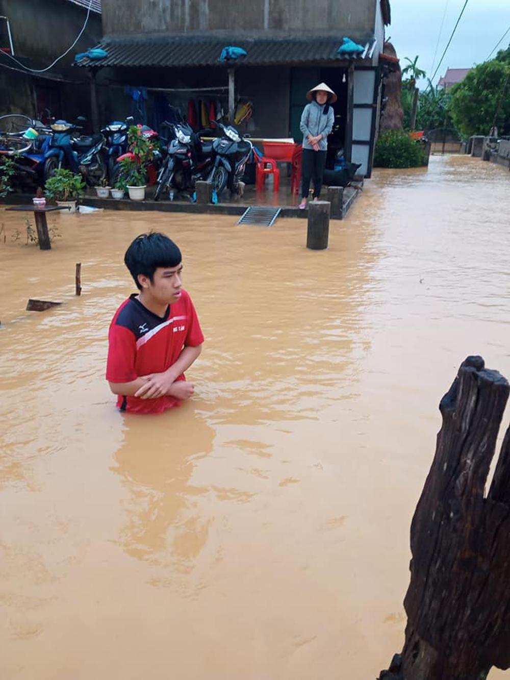Thuê thuyền vào vùng ngập sâu cứu trợ người dân, đoàn thiện nguyện bức xúc khi gặp phải nhà thuyền hét giá 6 triệu/chuyến 2