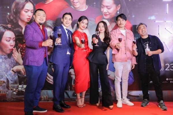 Đạo diễn Nguyễn Quang Dũng tề tựu cùng dàn diễn viên và nhà sản xuất của Tiệc trăng máu.