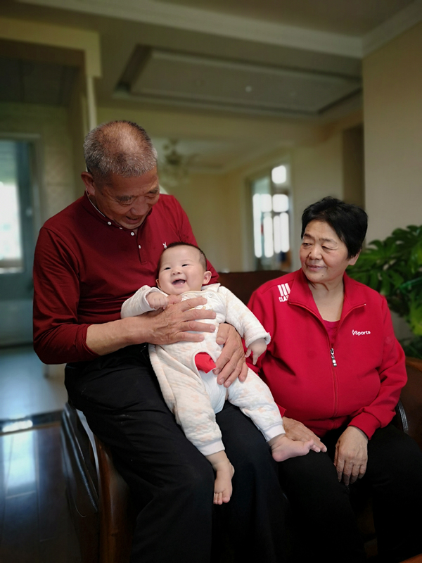 Cặp vợ chồng giàthụ thai tự nhiên, sinh con gái đặt tên là Thiên Tứ.