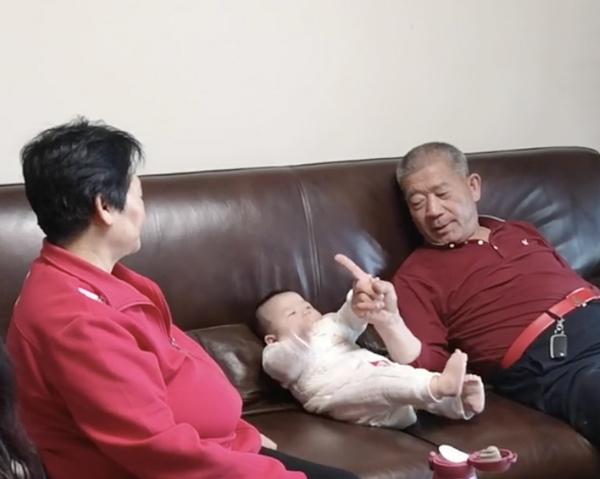 Cặp vợ chồng già U70 vẫn sung mãn chuyện yêu, sinh con thứ cách con đầu lòng 40 tuổi 2