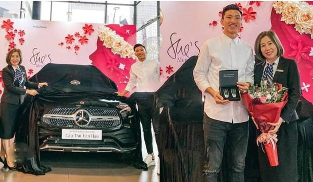 Sau Quang Hải, đến lượt Văn Hậu tậu xe sang hơn 2 tỷ đồng cho bằng bạn bằng bè 0