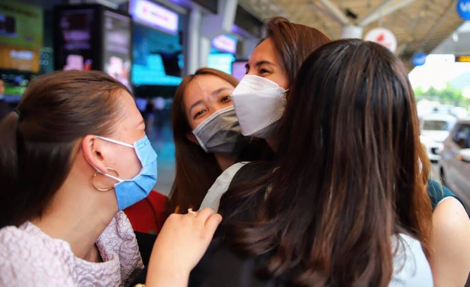 Đông đảo người hâm mộ đã có mặt ở sân bay để đón Thủy Tiên trở về.