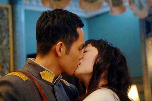 Cảnh khóa môi của Chung Hán Lương và Lý Tiểu Nhiễm.
