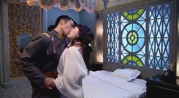 Cả những cảnh cưỡng hôn.