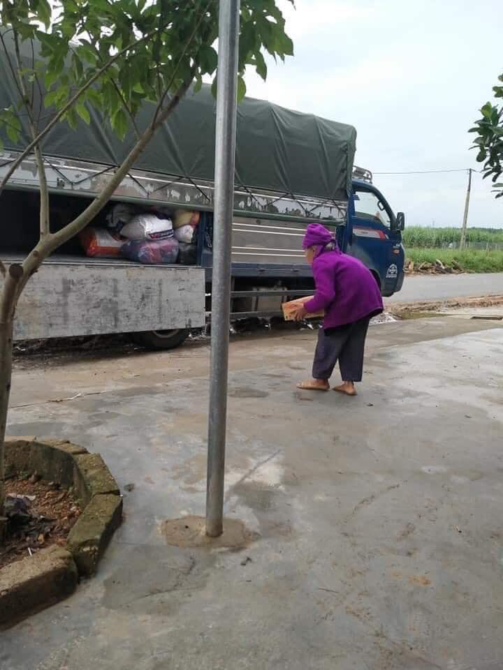 Thấy xe chở hàng hóa vào miền Trung cứu trợ, cụ bà 93 tuổi bê ngay thùng mì đi quyên góp 0