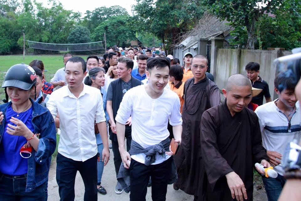 Dương Triệu Vũ bức xúc những kẻ soi mói nghệ sĩ đi từ thiện, Hoài Linh quyên góp 1,5 tỷ đồng 0