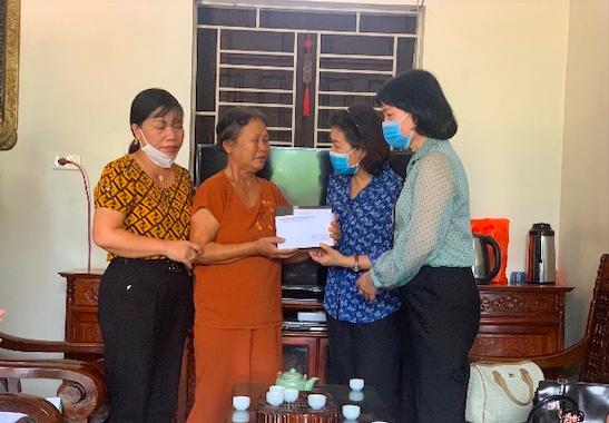 Công đoàn Giáo dục Hà Nội thăm hỏi, hỗ trợ một gia đình giáo viên có hoàn cảnh khó khăn.