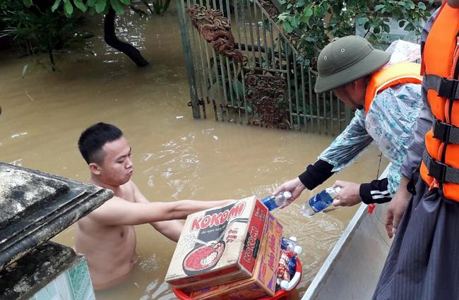 Nhiều tổ chức cá nhân đang nỗ lực đưa hàng cứu trợ đến với người dân vùng lũ huyện Quảng Ninh, tỉnh Quảng Bình. Ảnh: Văn Tý-TTXVN