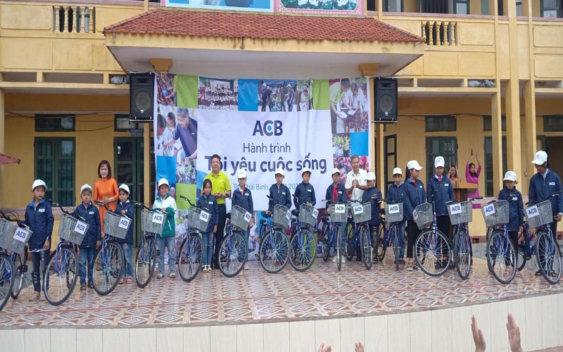 Những chiếc xe đạp, những tấm áo ấm được trao tặng cho học sinh khó khăn miền quê nghèo.