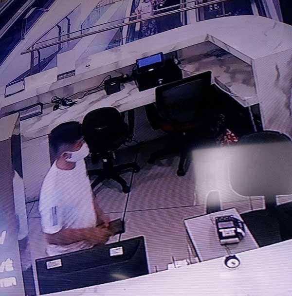 Tên trộm lẻn vào lấy 3 chiếc điện thoại.
