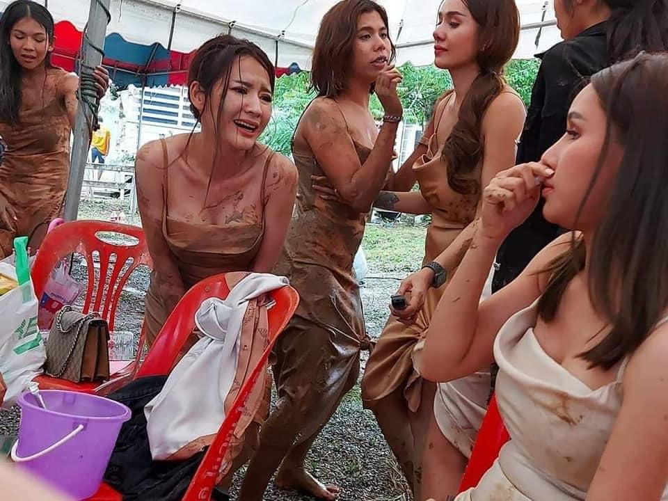 Hội chị em lấm lem bùn đất trong đám cưới bạn thân.