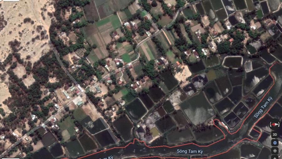 Các khu vực trũng thấp ở Quảng Nam chìm trong biển nước, có thể thấy xa xa thấp thoáng chỉ còn những mái nhà nhô lên