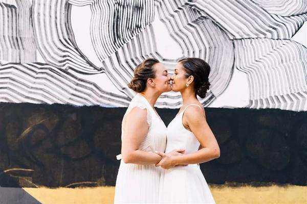 Cặp đôi vô cùng xúc động khi lần đầu nhìn thấy nhau khoác trên mình chiếc váy cưới.
