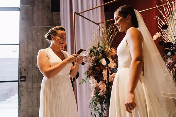 Cặp đôi đồng tính nữ luân phiên ngỏ lời cầu hôn và hôn lễ ý nghĩa như mơ 7