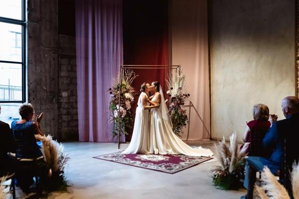 Cặp đôi đồng tính nữ luân phiên ngỏ lời cầu hôn và hôn lễ ý nghĩa như mơ 8