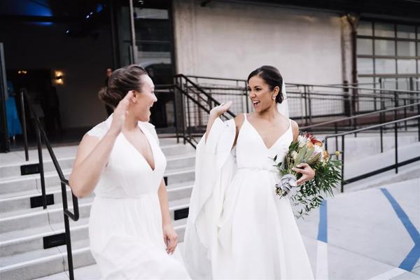 Cặp đôi đồng tính nữ luân phiên ngỏ lời cầu hôn và hôn lễ ý nghĩa như mơ 9