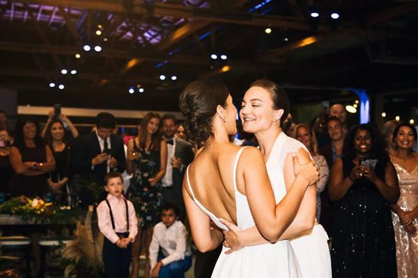 Cặp đôi đồng tính nữ luân phiên ngỏ lời cầu hôn và hôn lễ ý nghĩa như mơ 10