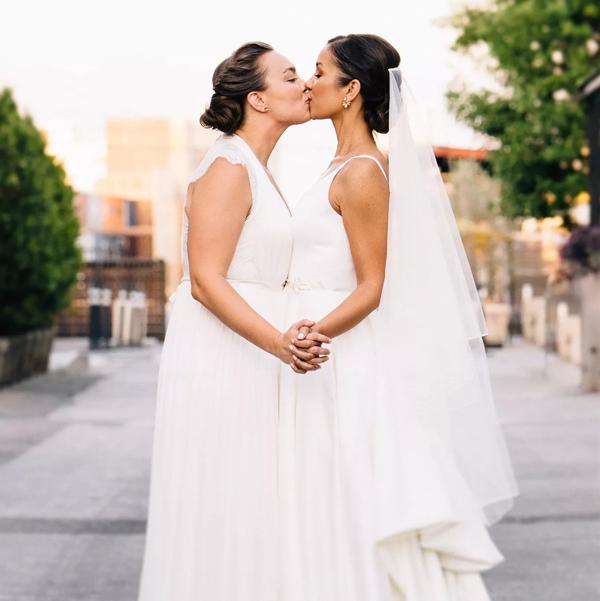 Cặp đôi đồng tính nữ luân phiên ngỏ lời cầu hôn và hôn lễ ý nghĩa như mơ 0
