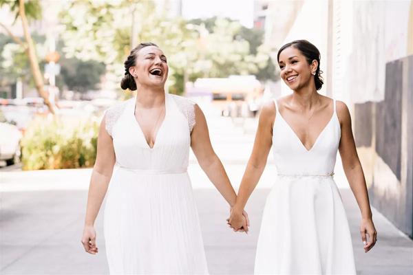 Cặp đôi đồng tính nữ là Nicole và Ashley Dillon quen biết nhau thông qua giới thiệu.
