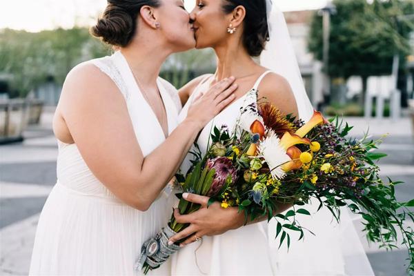 Cặp đôi đồng tính nữ luân phiên ngỏ lời cầu hôn và hôn lễ ý nghĩa như mơ 6