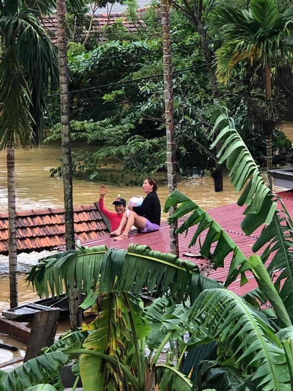 Nhà có trẻ sơ sinh mà nước dâng quá cao, người phụ nữ dỡ mái ngói cầu cứu...