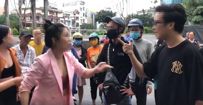 Cặp vợ chồng cãi nhau gay gắt trên phố
