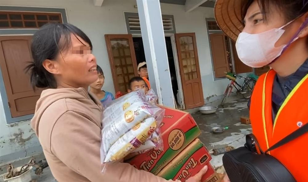 Trên đường đi cứu trợ miền Trung, Thủy Tiên nhận đỡ đầu luôn 2 em nhỏ đến đại học 1