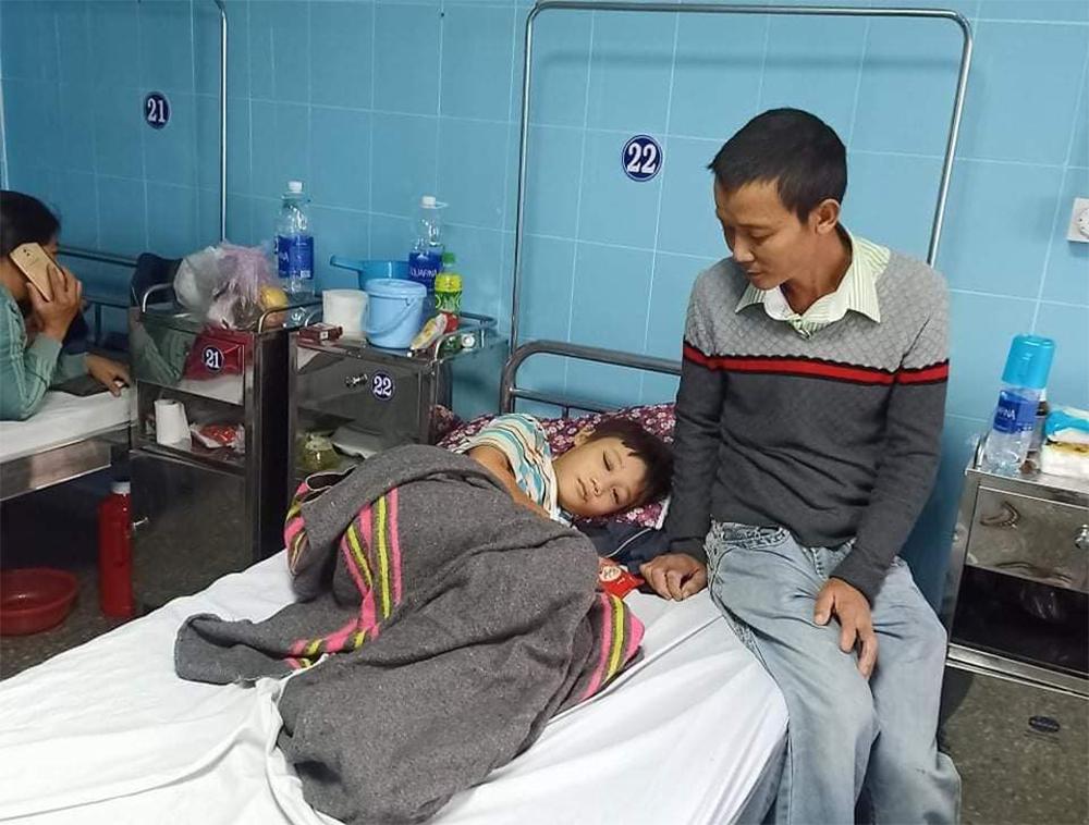 Bố em Tuấnở viện chăm sóc con trong khi mẹ emở nhà chăm em nhỏ.