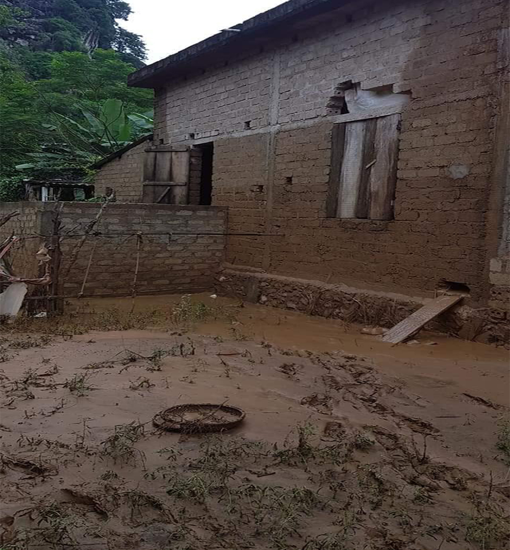 Nhà của em Tuấn ngập nặng sau lũ, nước dâng cao tới tận sát mái, đồ đạc trong nhà bị trôi và hư hỏnggần hết.