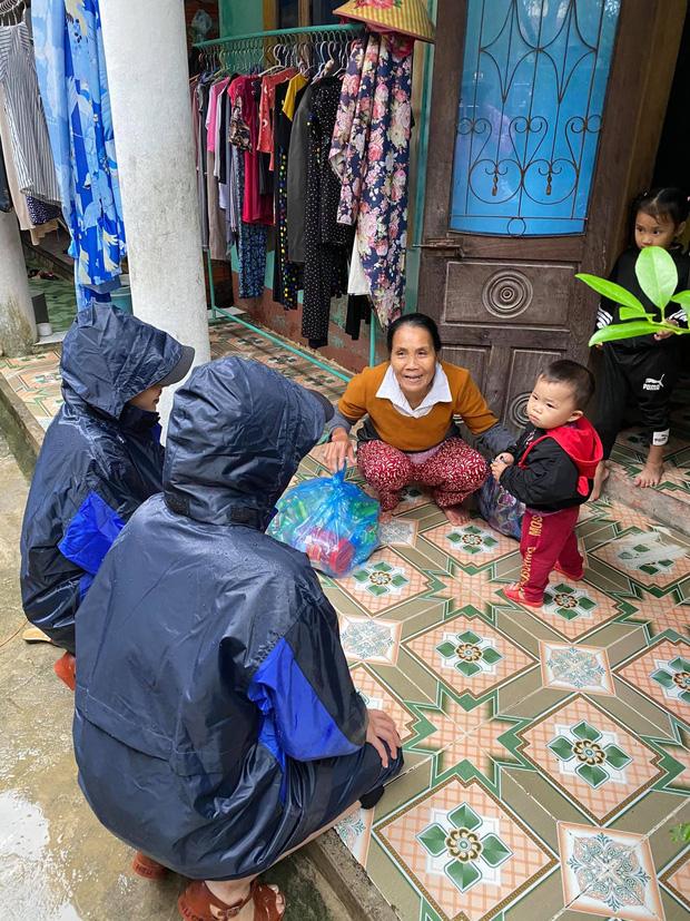 Minh Triệu - Kỳ Duyên gặp sự cố khi cứu trợ miền Trung: 1500 suất hàng bị hỏng vì nước ngập 3