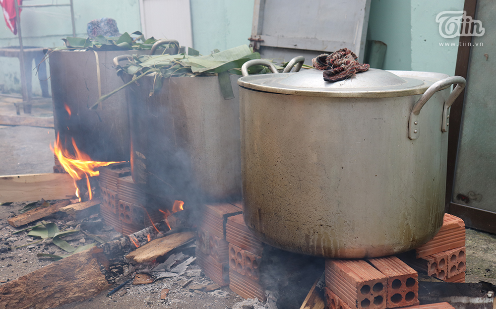 Ba lò luộc bánh hoạt động hết công suất để nấu bánh