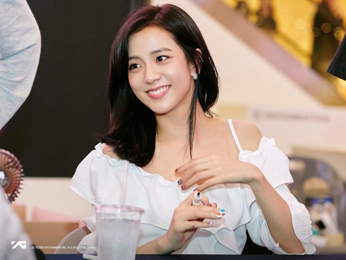 Mẫu áo trễ vai kết hợp với tóc buông nền nã, lối trang điểm nhẹ nhàng được Jisoo lựa chọn trong buổi fansign khiến cô ghi điểm nhờ sự mềm mại, dịu dàng.