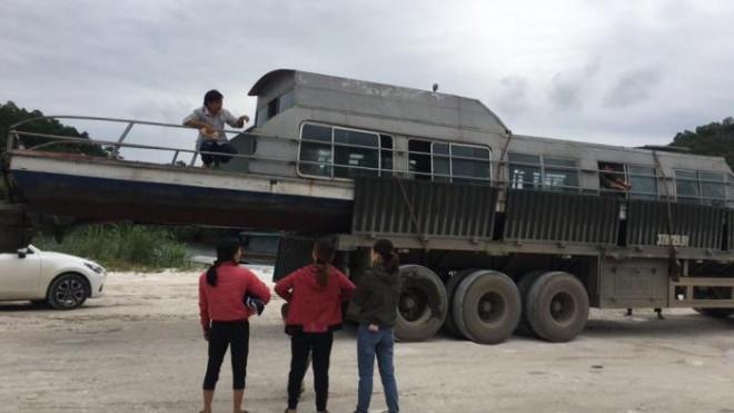 Người đàn ông đưa tàu thủy 3,5 tấn vào giúp bà con miền Trung: 'Tôi ở lại đến hết lũ thì về' 1