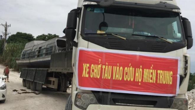 Chiếc tàu được đưa lên xe đầu kéo để chở vào Hà Tĩnh. Ảnh Báo Giao thông.