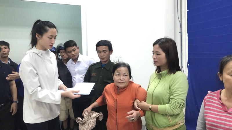 Vừa đến Huế, Đỗ Mỹ Linh - Tiểu Vy - Lương Thuỳ Linh đã gấp rút đến thăm người dân khó khăn sau bão 0