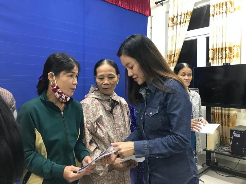 Vừa đến Huế, Đỗ Mỹ Linh - Tiểu Vy - Lương Thuỳ Linh đã gấp rút đến thăm người dân khó khăn sau bão 2