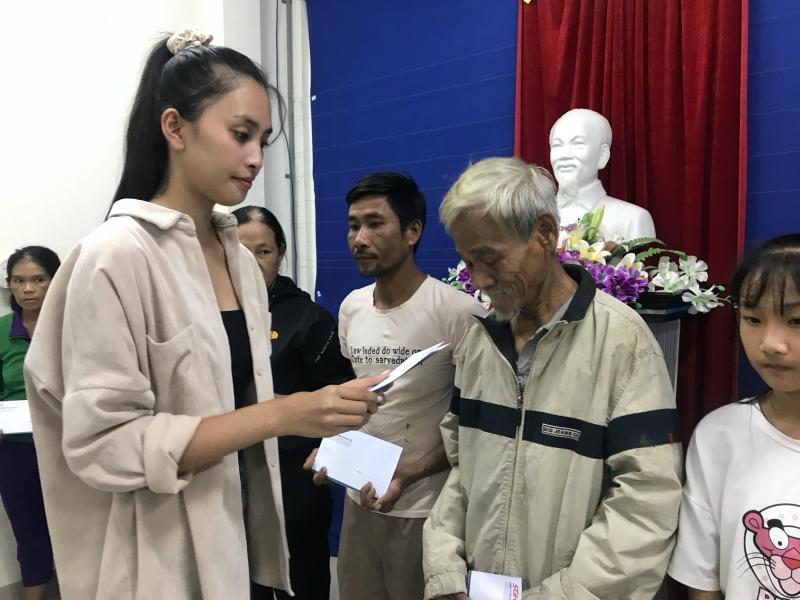 Vừa đến Huế, Đỗ Mỹ Linh - Tiểu Vy - Lương Thuỳ Linh đã gấp rút đến thăm người dân khó khăn sau bão 3